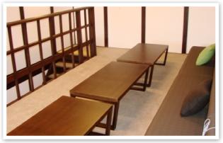 一階はテレビ、二階はソファーとテーブルがあります。